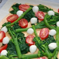 Puff pastry pizza with spinach, asparagus and more